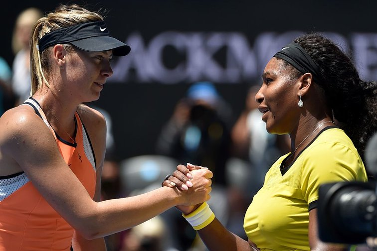 Maria Sharapova und Serena Williams am Netz