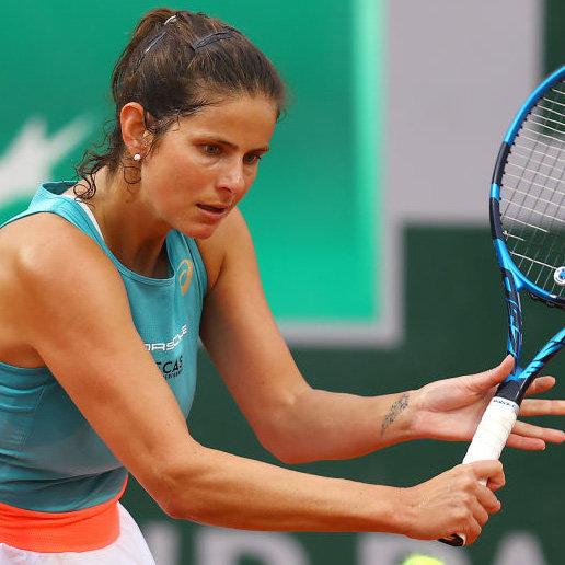 Not only Julia Görges looks at a blank WTA calendar · tennisnet.com